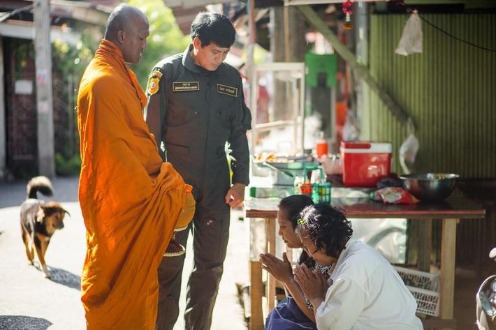 Thánh Muay Thái Buakaw quét chùa, đi khất thực được cảnh sát hộ tống - Ảnh 3.