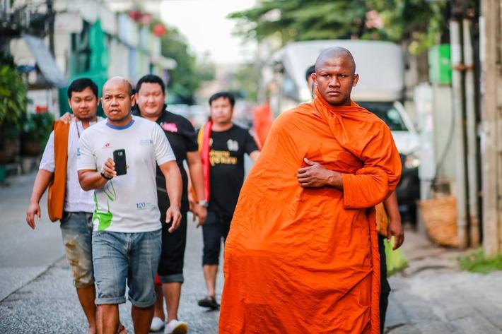 Thánh Muay Thái Buakaw quét chùa, đi khất thực được cảnh sát hộ tống - Ảnh 4.