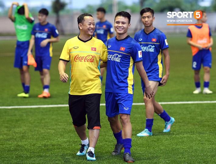 Nhật ký AFF Cup ngày 10/10: Lo lắng về vị trí trợ lý ngôn ngữ cho HLV Park Hang-seo - Ảnh 1.