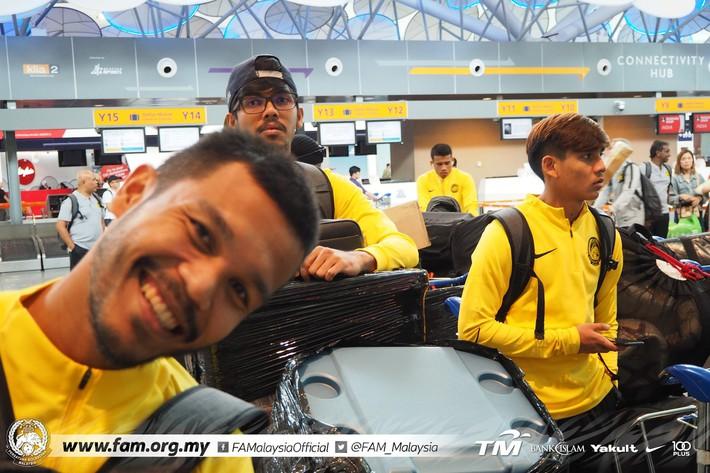 ĐT Malaysia gặp sự cố khó tin khi vừa đặt chân đến Việt Nam - Ảnh 1.