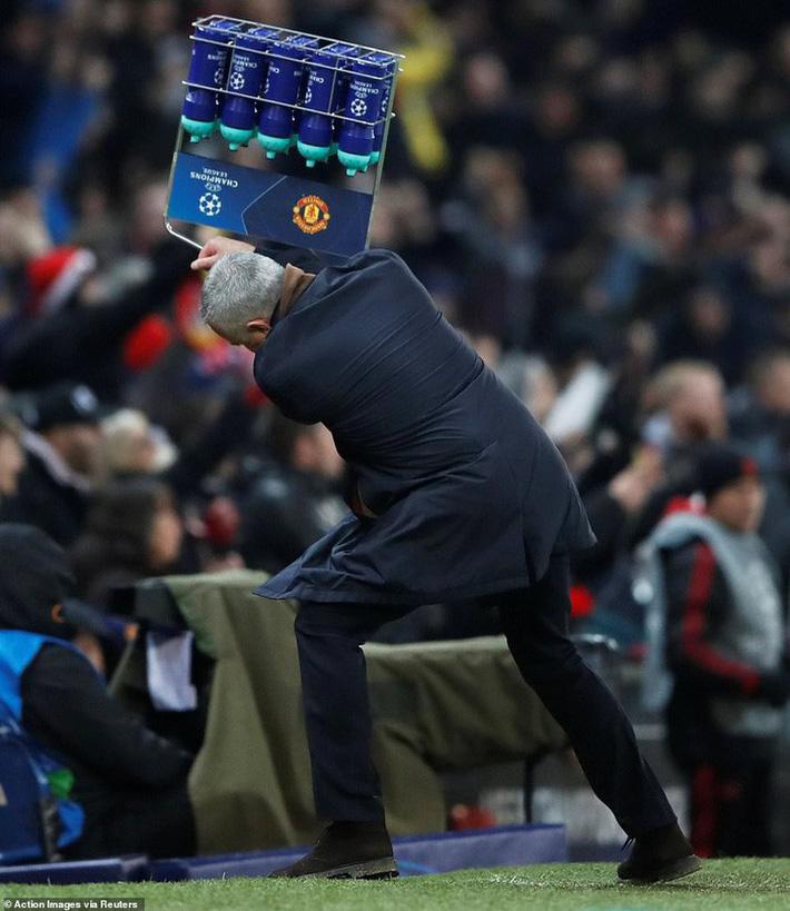 Cú ném của Mourinho và dấu chấm hết cho Rashford - Ảnh 1.