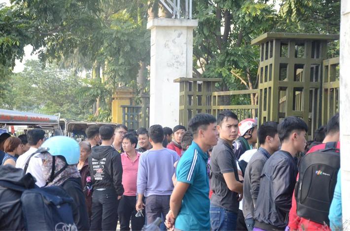 Hàng trăm người cao tuổi và cựu chiến binh kéo đến cổng trụ sở VFF để chờ mua vé trận bán kết giữa Việt Nam - Philippines - Ảnh 4.
