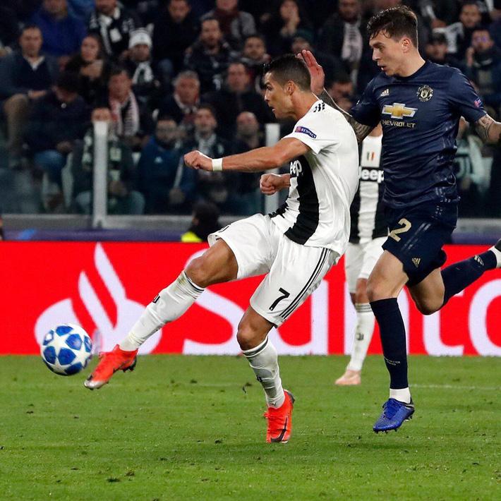 Ăn mừng bàn thắng vào lưới Man United, 30 phút sau Ronaldo phải méo mặt trước Mourinho - Ảnh 1.