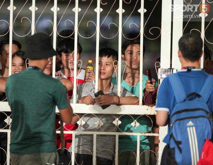Tuyển Việt Nam tập kín, fan girl xinh đẹp tiếc nuối, bất lực vì hàng rào ngăn cách - Ảnh 2.