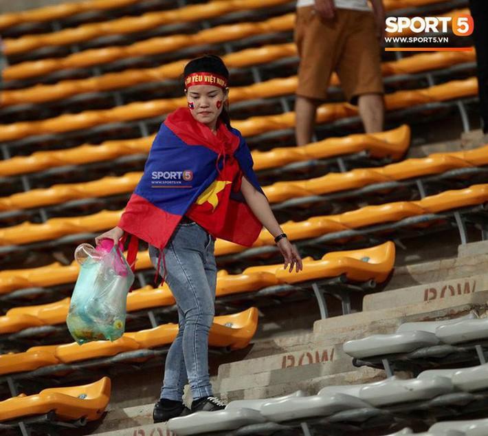 Không cần pháo sáng, fan Việt Nam vẫn tỏa sáng trên đất Lào với hành động ý nghĩa này - Ảnh 2.
