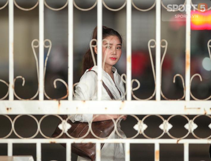 Tuyển Việt Nam tập kín, fan girl xinh đẹp tiếc nuối, bất lực vì hàng rào ngăn cách - Ảnh 4.