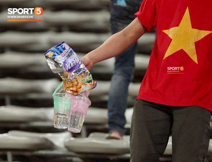 Không cần pháo sáng, fan Việt Nam vẫn tỏa sáng trên đất Lào với hành động ý nghĩa này - Ảnh 5.