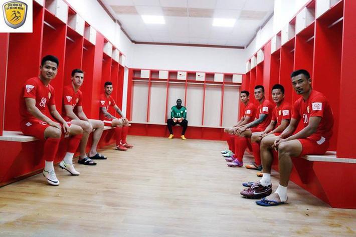 Phòng thay đồ trận Lào vs Việt Nam: Cầu thủ phải ngồi ghế nhựa trong khoảng không chật hẹp - Ảnh 5.