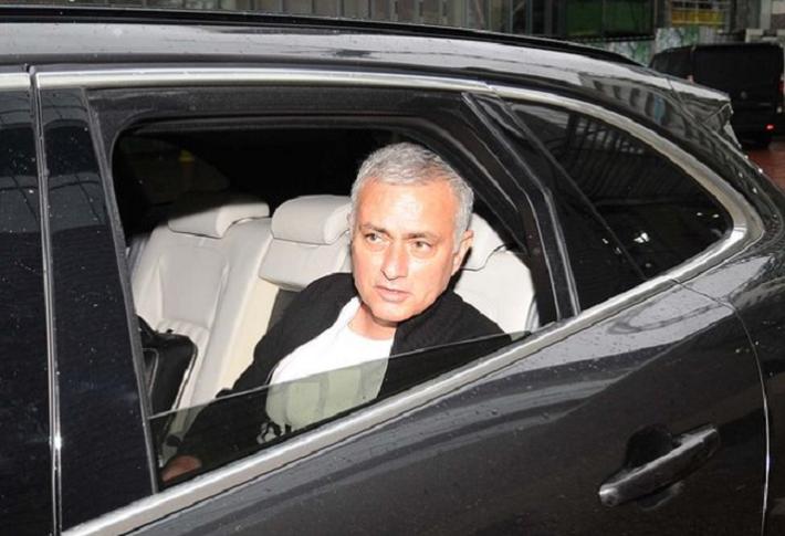Người đặc biệt Jose Mourinho vui vẻ, tươi như hoa sau khi rời Man United cùng khoản tiền đền bù khổng lồ - Ảnh 3.