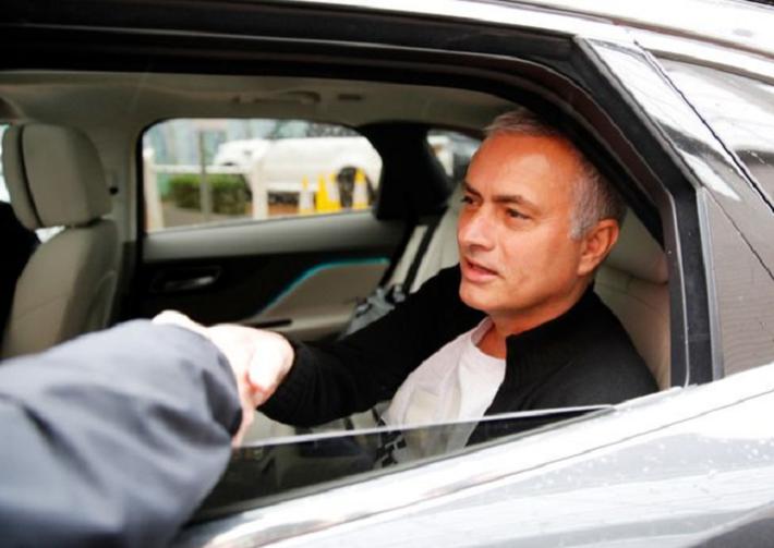 Người đặc biệt Jose Mourinho vui vẻ, tươi như hoa sau khi rời Man United cùng khoản tiền đền bù khổng lồ - Ảnh 4.