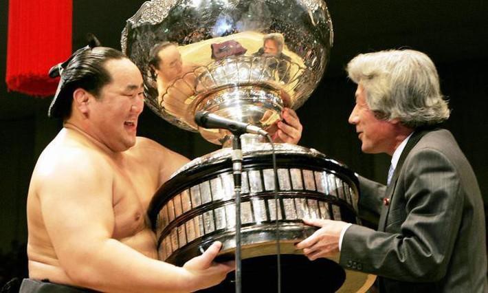 Choáng trước cân nặng của chiếc cúp Asian Cup 2019 - giải đấu ĐT Việt Nam sắp tham dự chỉ sau ít ngày nữa - Ảnh 8.