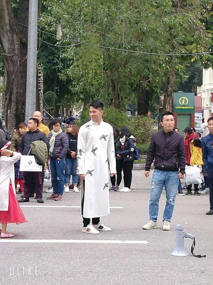 Đình Trọng bất ngờ xuất hiện bảnh bao, đẹp lạ với áo dài trắng tại Hồ Gươm - Ảnh 2.