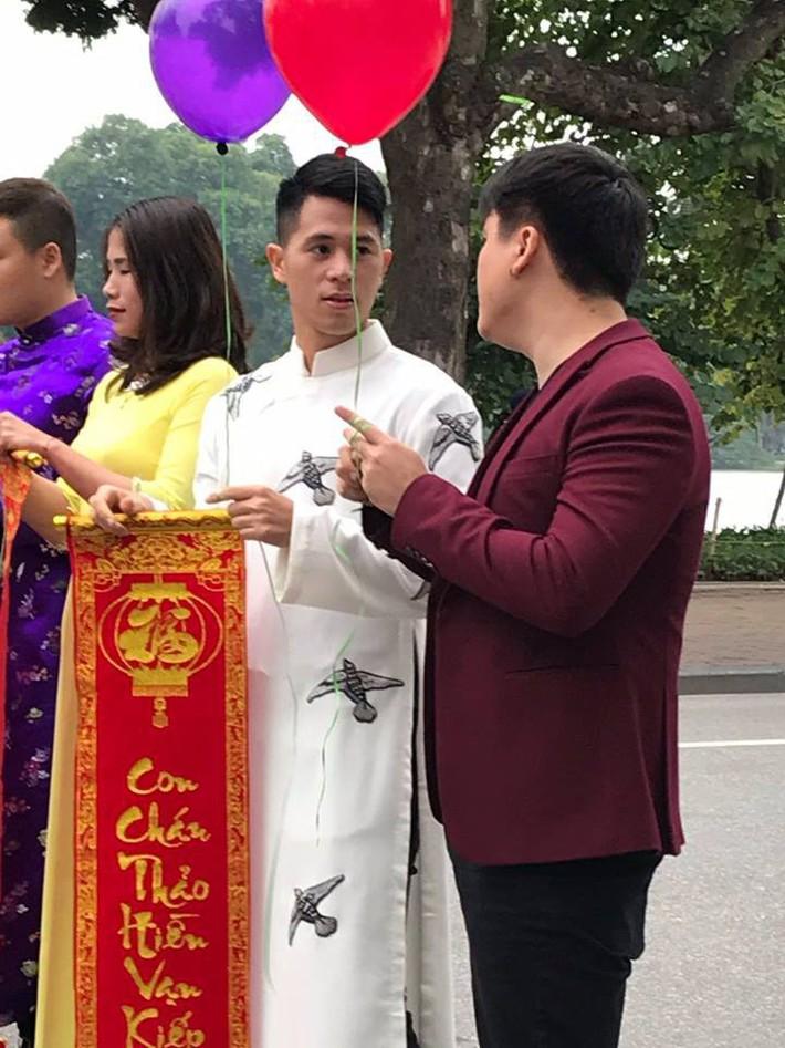 Đình Trọng bất ngờ xuất hiện bảnh bao, đẹp lạ với áo dài trắng tại Hồ Gươm - Ảnh 4.
