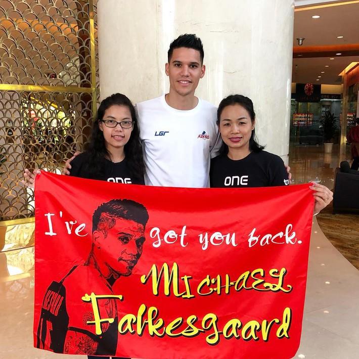 Fan Thái Lan sang tận Hà Nội tiếp lửa cho tuyển thủ Philippines trước trận gặp Việt Nam - Ảnh 1.