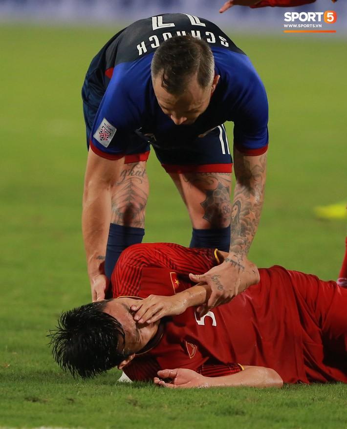 Trọng gắt chỉ thẳng mặt cầu thủ Philippines chơi xấu, bảo vệ em út Văn Hậu - Ảnh 1.