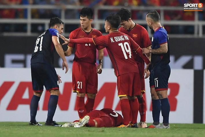 Trọng gắt chỉ thẳng mặt cầu thủ Philippines chơi xấu, bảo vệ em út Văn Hậu - Ảnh 2.