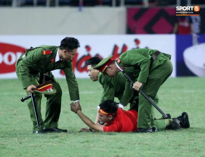 Đội trưởng tuyển Việt Nam hành động đẹp với fan quá khích khiến cả sân vỗ tay tán thưởng - Ảnh 2.