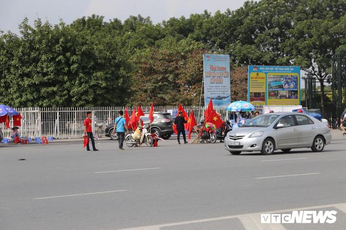 Ảnh: CĐV đến sớm cổ vũ tuyển Việt Nam đá bán kết lượt về AFF Cup 2018 - Ảnh 3.