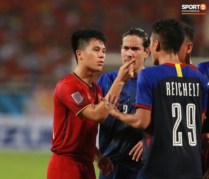 Trọng gắt chỉ thẳng mặt cầu thủ Philippines chơi xấu, bảo vệ em út Văn Hậu - Ảnh 3.