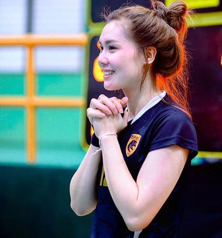 Dung nhan xinh đẹp của 'thiên thần bóng chuyền' Thái Lan - Ảnh 9.