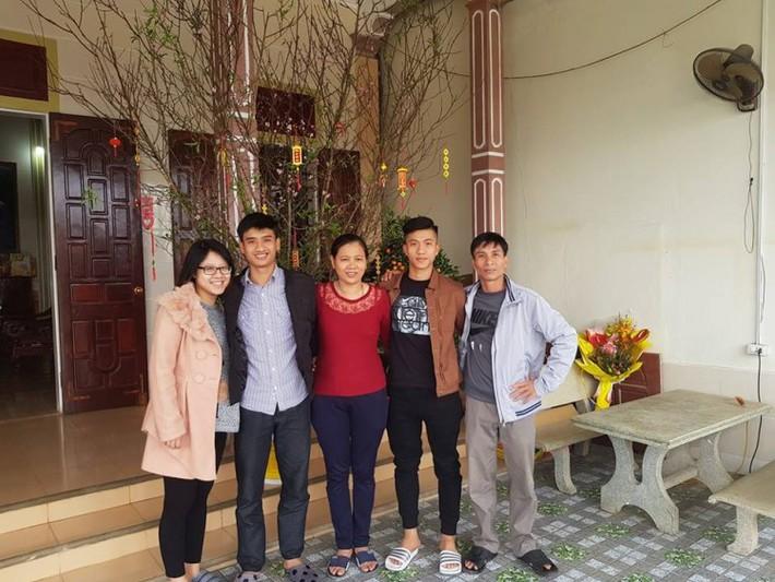 Chuyện cảm động về mẹ Phan Văn Đức: Vượt 330 cây số trong đêm cổ vũ con - Ảnh 1.