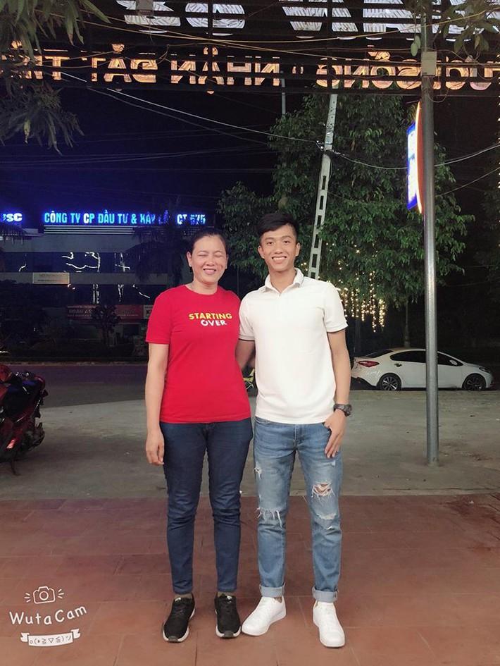 Chuyện cảm động về mẹ Phan Văn Đức: Vượt 330 cây số trong đêm cổ vũ con - Ảnh 2.