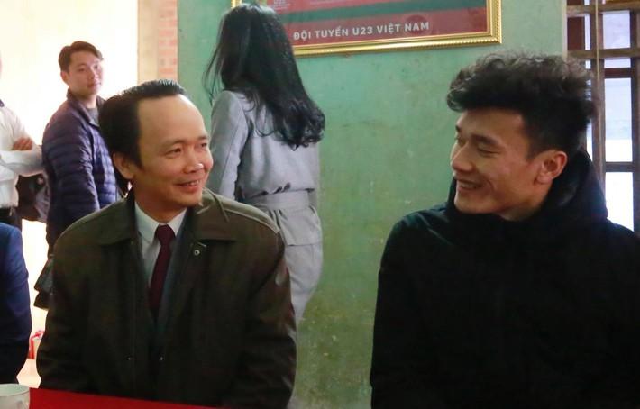 Ông Trịnh Văn Quyết trao 500 triệu đồng tiền thưởng cho thủ môn Bùi Tiến Dũng - Ảnh 1.