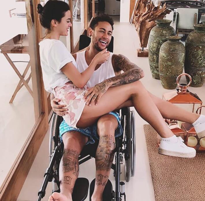 Vẫn chống nạng vì chấn thương, Neymar đột ngột tuyên bố điều bất ngờ - Ảnh 3.