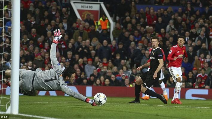 Thua tủi hổ, Man United xứng đáng cúi gằm mặt rời Champions League - Ảnh 14.
