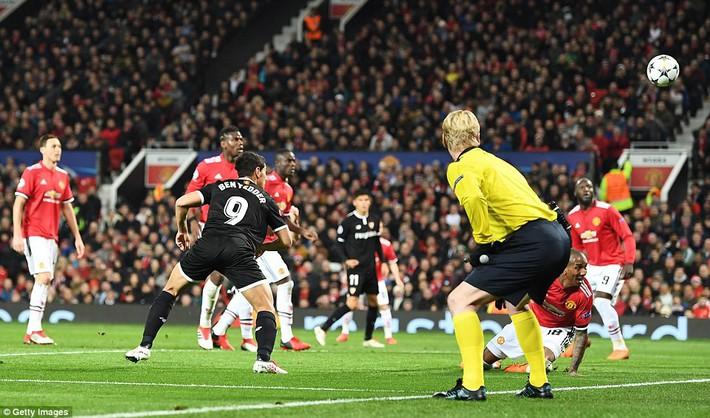 Thua tủi hổ, Man United xứng đáng cúi gằm mặt rời Champions League - Ảnh 23.