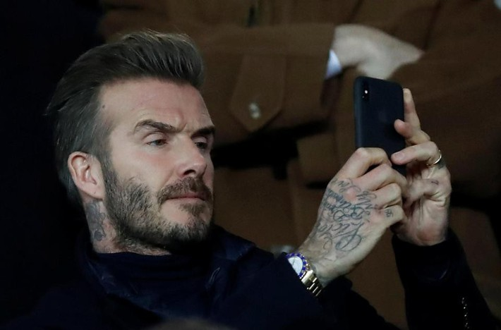 Beckham lịch lãm, ngồi cạnh siêu mẫu Bella Hadid trên khán đài sân Công viên các Hoàng tử - Ảnh 2.