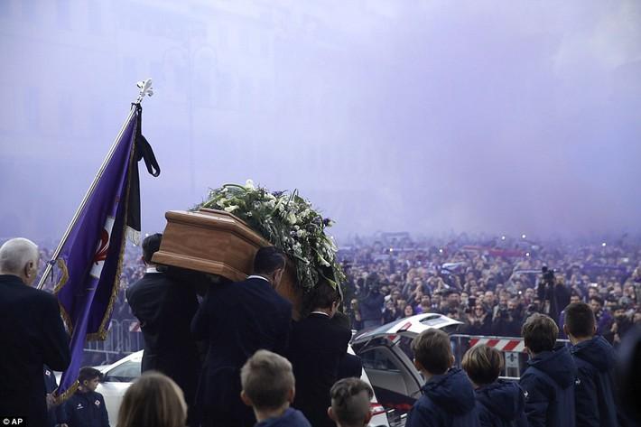 Buffon rơi nước mắt tiễn đưa đội trưởng Fiorentina vừa đột ngột qua đời - Ảnh 2.