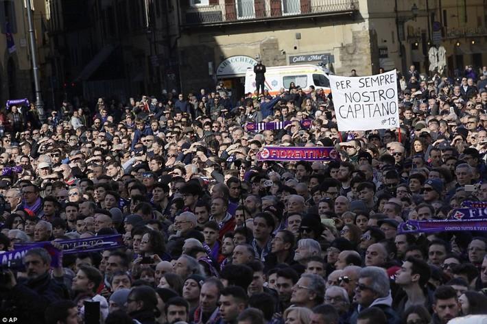 Buffon rơi nước mắt tiễn đưa đội trưởng Fiorentina vừa đột ngột qua đời - Ảnh 11.