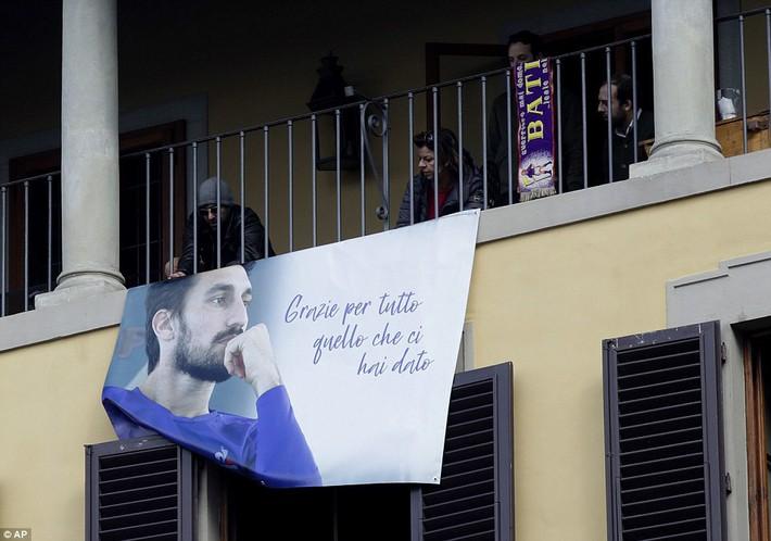 Buffon rơi nước mắt tiễn đưa đội trưởng Fiorentina vừa đột ngột qua đời - Ảnh 12.