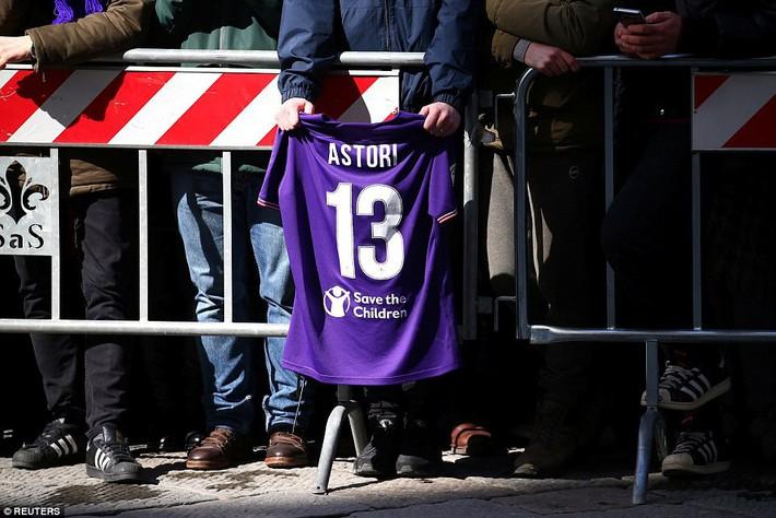 Buffon rơi nước mắt tiễn đưa đội trưởng Fiorentina vừa đột ngột qua đời - Ảnh 13.