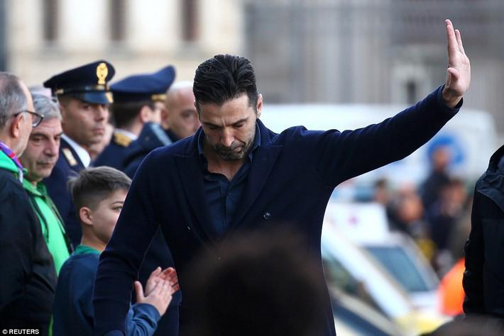 Buffon rơi nước mắt tiễn đưa đội trưởng Fiorentina vừa đột ngột qua đời - Ảnh 16.