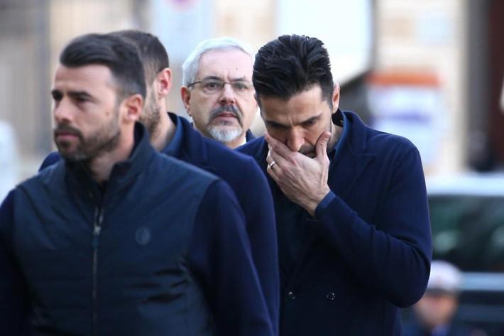 Buffon rơi nước mắt tiễn đưa đội trưởng Fiorentina vừa đột ngột qua đời - Ảnh 17.