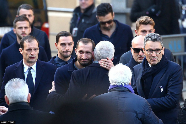 Buffon rơi nước mắt tiễn đưa đội trưởng Fiorentina vừa đột ngột qua đời - Ảnh 4.