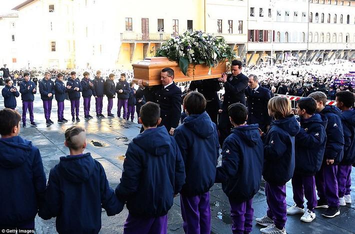 Buffon rơi nước mắt tiễn đưa đội trưởng Fiorentina vừa đột ngột qua đời - Ảnh 6.