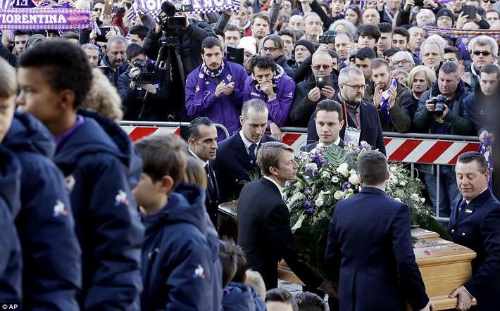 Buffon rơi nước mắt tiễn đưa đội trưởng Fiorentina vừa đột ngột qua đời - Ảnh 7.