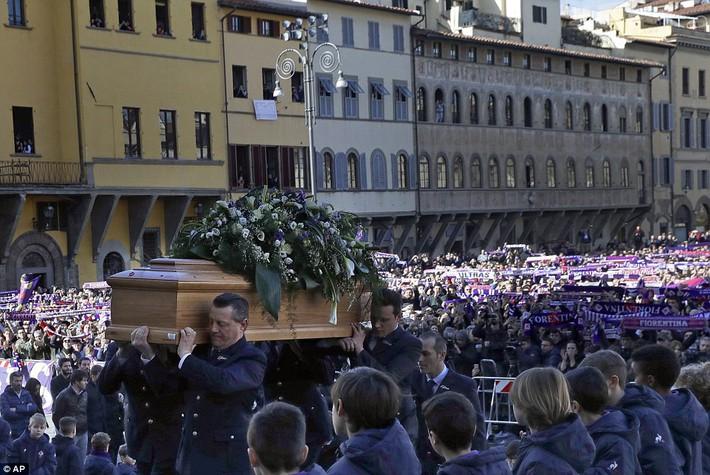 Buffon rơi nước mắt tiễn đưa đội trưởng Fiorentina vừa đột ngột qua đời - Ảnh 8.