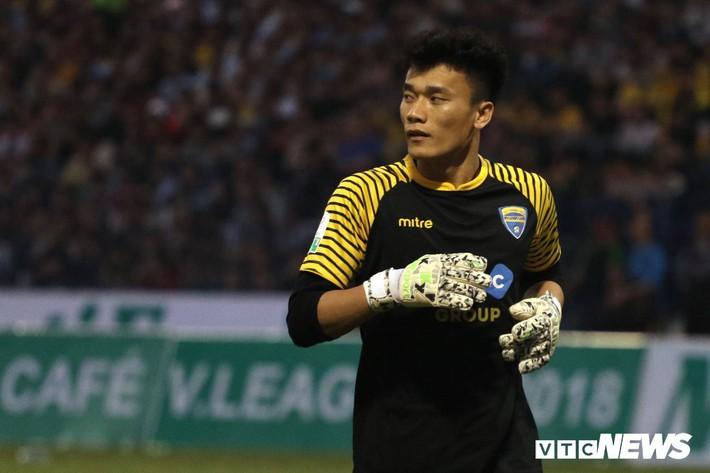 Vòng 5 V-League: Mưa bàn thắng và thẻ phạt, Bùi Tiến Dũng thất sủng - Ảnh 1.