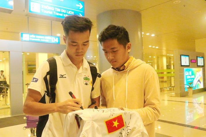 Nhóm CĐV mặc áo CLB Hà Nội chế giễu, xúc phạm bầu Đức - Ảnh 3.