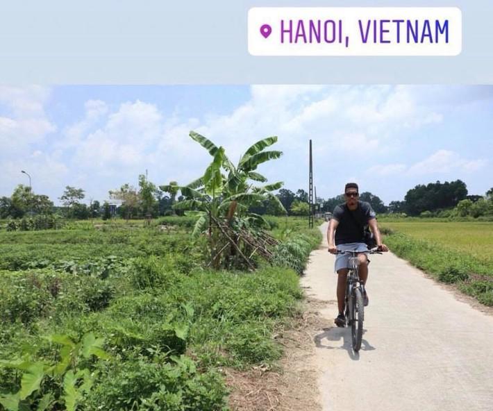 Sau clip đá cầu, Smalling uống nước mía, chạy xe đạp hàng chục cây số quanh Hà Nội - Ảnh 2.