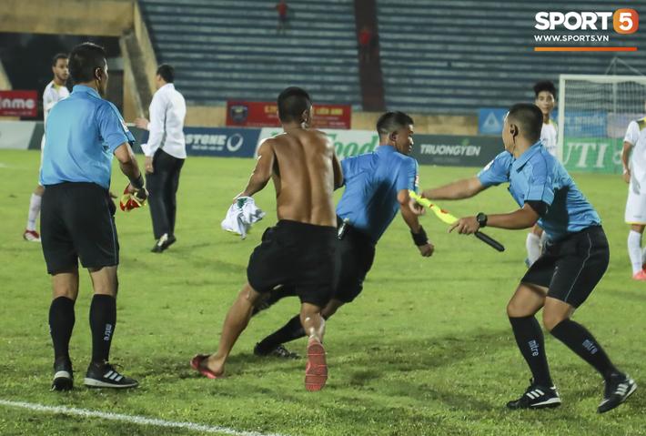 CLB Nam Định phải thi đấu trên sân không khán giả và nộp phạt 50 triệu đồng - Ảnh 1.