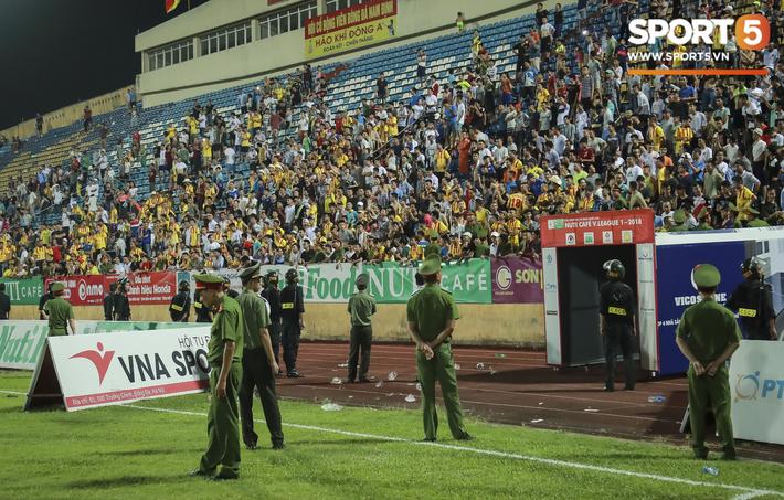 CLB Nam Định phải thi đấu trên sân không khán giả và nộp phạt 50 triệu đồng - Ảnh 2.