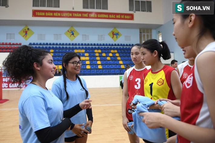 Các nữ VĐV xinh đẹp tuổi teen Hoa Kỳ giao lưu bóng chuyền tại Việt Nam - Ảnh 4.