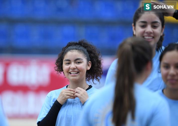Các nữ VĐV xinh đẹp tuổi teen Hoa Kỳ giao lưu bóng chuyền tại Việt Nam - Ảnh 3.