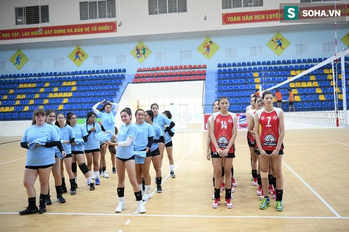Các nữ VĐV xinh đẹp tuổi teen Hoa Kỳ giao lưu bóng chuyền tại Việt Nam - Ảnh 1.
