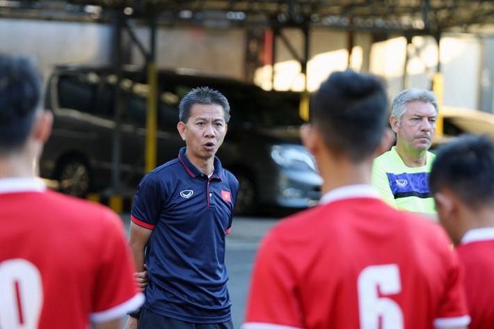 HLV Hoàng Anh Tuấn không fair-play, từ chối bắt tay HLV U19 Indonesia - Ảnh 1.